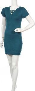 Turkusowa sukienka Moral Fiber z krótkim rękawem