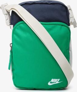 Torebka Nike średnia w sportowym stylu