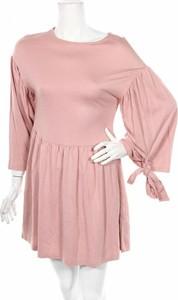 Różowa sukienka Cropp z okrągłym dekoltem rozkloszowana z długim rękawem