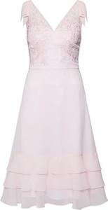 Różowa sukienka Chi Chi London z dekoltem w kształcie litery v trapezowa mini