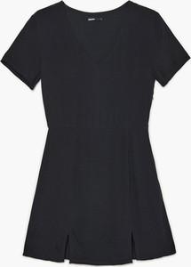 Czarna sukienka Cropp z krótkim rękawem z dekoltem w kształcie litery v w stylu casual