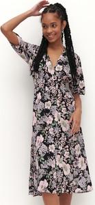 Sukienka Reserved z dekoltem w kształcie litery v trapezowa z długim rękawem