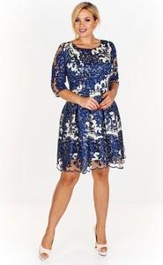 Niebieska sukienka omnido.pl dla puszystych mini z okrągłym dekoltem
