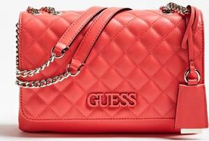 Różowa torebka Guess w stylu glamour na ramię