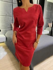 Sukienka ModnaKiecka.pl z dekoltem w kształcie litery v z zamszu