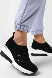 Czarne buty sportowe born2be z zamszu