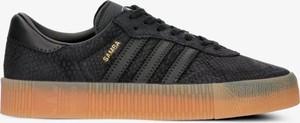 Czarne trampki Adidas sznurowane w sportowym stylu