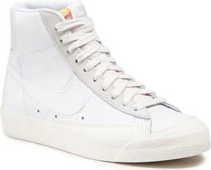 Trampki Nike w młodzieżowym stylu z płaską podeszwą