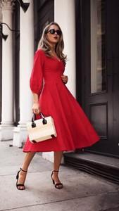 Czerwona sukienka noshame z długim rękawem rozkloszowana z dekoltem w kształcie litery v