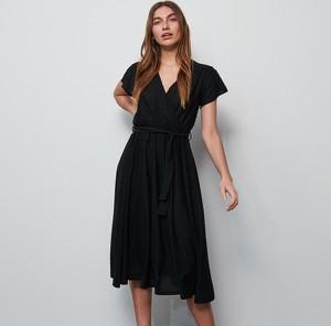 Czarna sukienka Reserved z krótkim rękawem midi