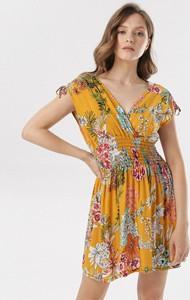 Żółta sukienka born2be mini w stylu casual z dekoltem w kształcie litery v