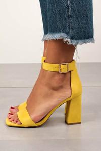 Żółte sandały Casu z klamrami na wysokim obcasie