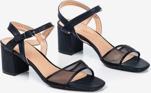 Czarne sandały Royalfashion.pl na niskim obcasie z klamrami na obcasie