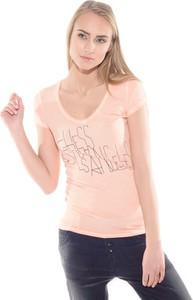 T-shirt Guess w młodzieżowym stylu