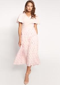 Różowa sukienka QUIOSQUE z dekoltem w kształcie litery v