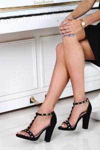 Czarne sandały Royalfashion.pl na słupku