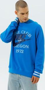 Niebieska bluza Nike w młodzieżowym stylu