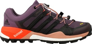 Fioletowe buty sportowe Adidas w sportowym stylu