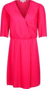 Sukienka Silvian Heach z dekoltem w kształcie litery v z krótkim rękawem