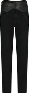 Czarne jeansy Pinko w street stylu
