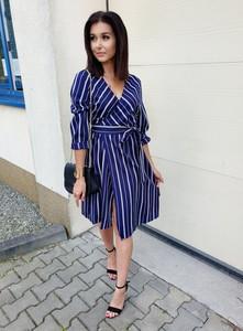 Niebieska sukienka Ottanta w stylu casual kopertowa