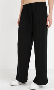 Czarne spodnie born2be w sportowym stylu