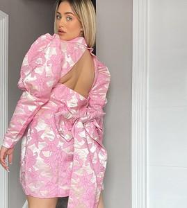 Różowa sukienka Asos z odkrytymi ramionami