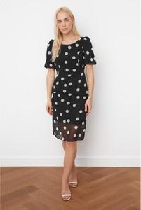 Czarna sukienka Trendyol z okrągłym dekoltem z krótkim rękawem
