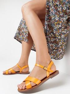 Żółte sandały born2be z klamrami