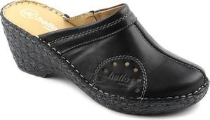 Czarne klapki Helios w stylu casual na koturnie