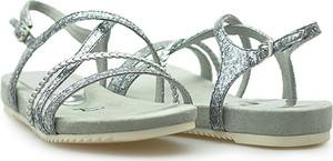 Srebrne sandały Tamaris z klamrami z płaską podeszwą ze skóry ekologicznej