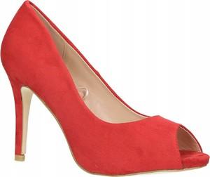 Czerwone szpilki Inna w stylu klasycznym