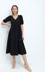 Czarna sukienka Mohito midi z krótkim rękawem z dekoltem w kształcie litery v