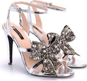 Srebrne sandały Patrizia Pepe w stylu glamour na wysokim obcasie z klamrami
