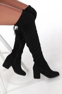 Czarne kozaki Casu na obcasie w stylu boho za kolano