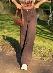 Brązowe jeansy Arilook