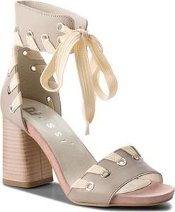 Sandały Nessi ze skóry na średnim obcasie w stylu casual
