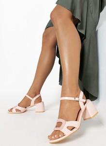 Różowe sandały born2be z klamrami