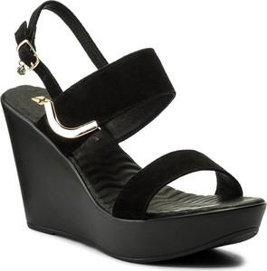 Czarne sandały carinii z klamrami w stylu casual na koturnie