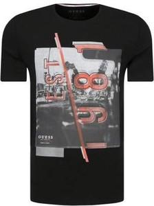 T-shirt Guess z krótkim rękawem w młodzieżowym stylu z dżerseju
