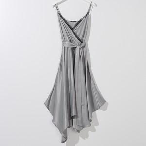 Sukienka Mohito z dekoltem w kształcie litery v w stylu glamour na ramiączkach
