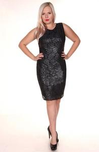 Czarna sukienka Fokus dopasowana w stylu glamour z okrągłym dekoltem
