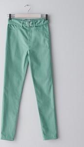 Turkusowe jeansy Sinsay w street stylu