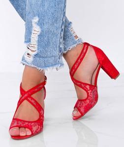 Czerwone sandały Gemre.com.pl na słupku z klamrami