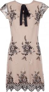 Sukienka VISSAVI w stylu casual z żabotem oversize
