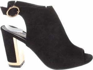 Czarne sandały BooHoo z klamrami