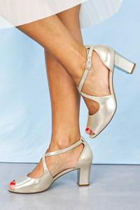 Złote sandały Sergio Leone na słupku