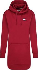 Czerwona sukienka Tommy Jeans w stylu casual sportowa