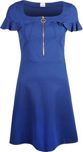Niebieska sukienka Pinko z dekoltem w karo z krótkim rękawem trapezowa