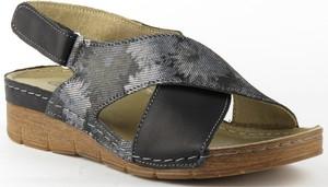 Sandały Helios w stylu casual na niskim obcasie z nadrukiem
